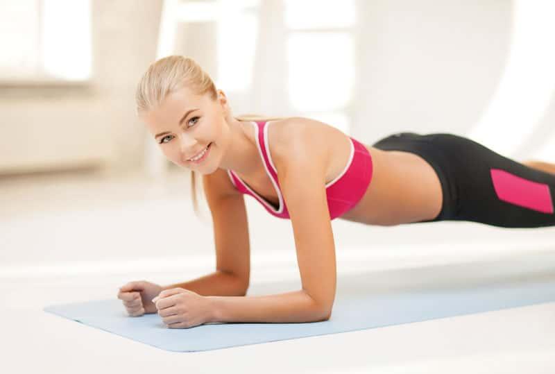 Bridge: Vordere Bauchmuskeln stabilisieren Nehmen Sie die Bauchlage ein und legen Sie die Arme angewinkelt an den Körper. Ellbogen und Hände sind seitlich am Körper fixiert, Fußspitzen aufsetzen. Jetzt gleichzeitig mit dem ganzen Körper abheben. Atmen Sie regelmäßig tief ein und aus, halten Sie die Grundmuskelspannung im ganzen Körper für ca. 10 Sekunden aufrecht. Wiederholen Sie diese Übung beliebig oft.