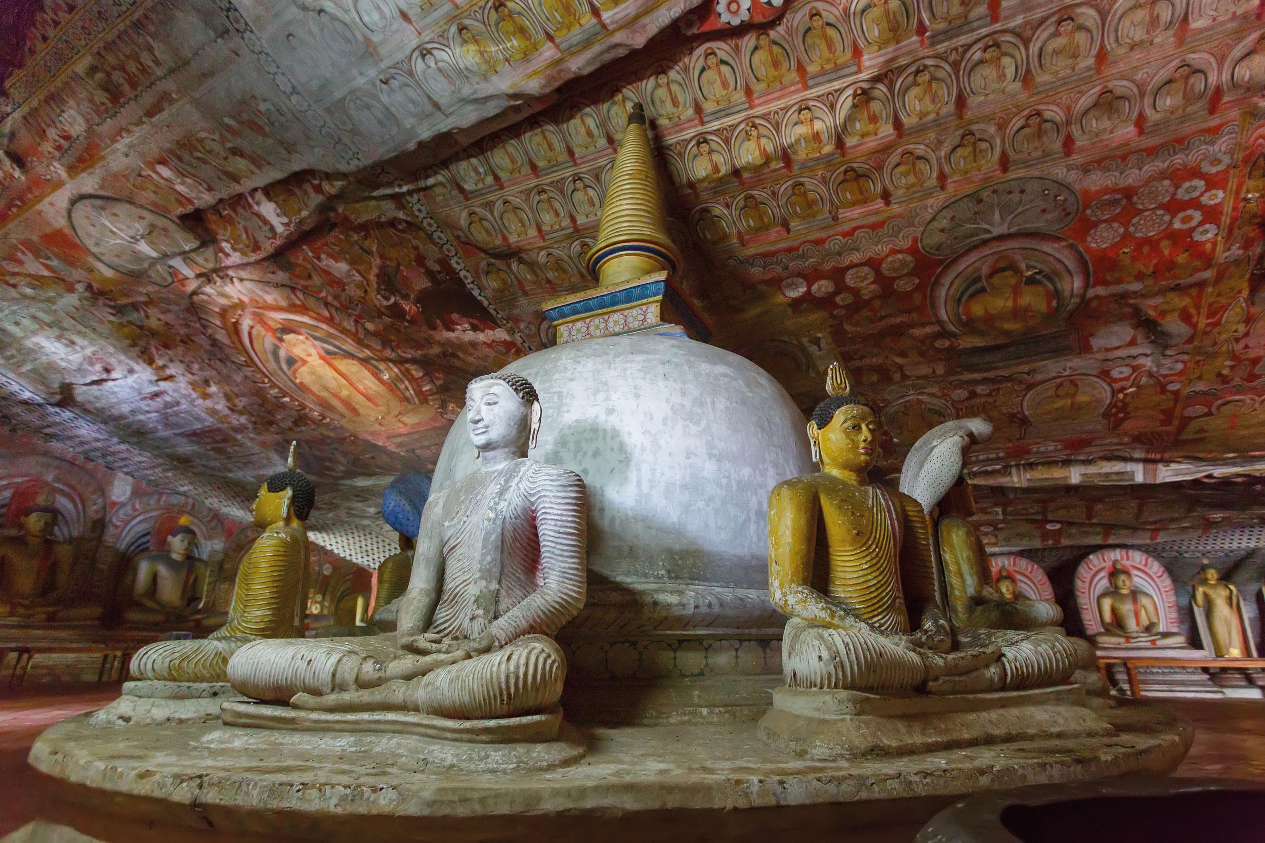 Buddhastatuen in einer Höhle